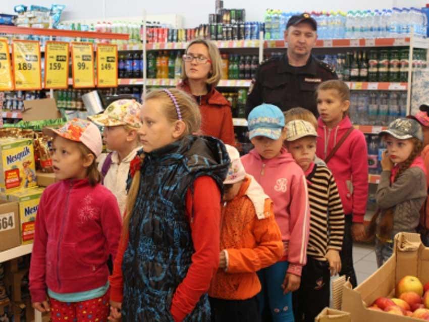 Дети в магазине супермаркета